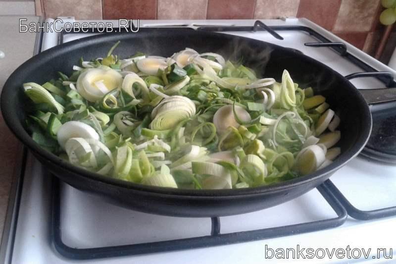 лук порей на сковородке